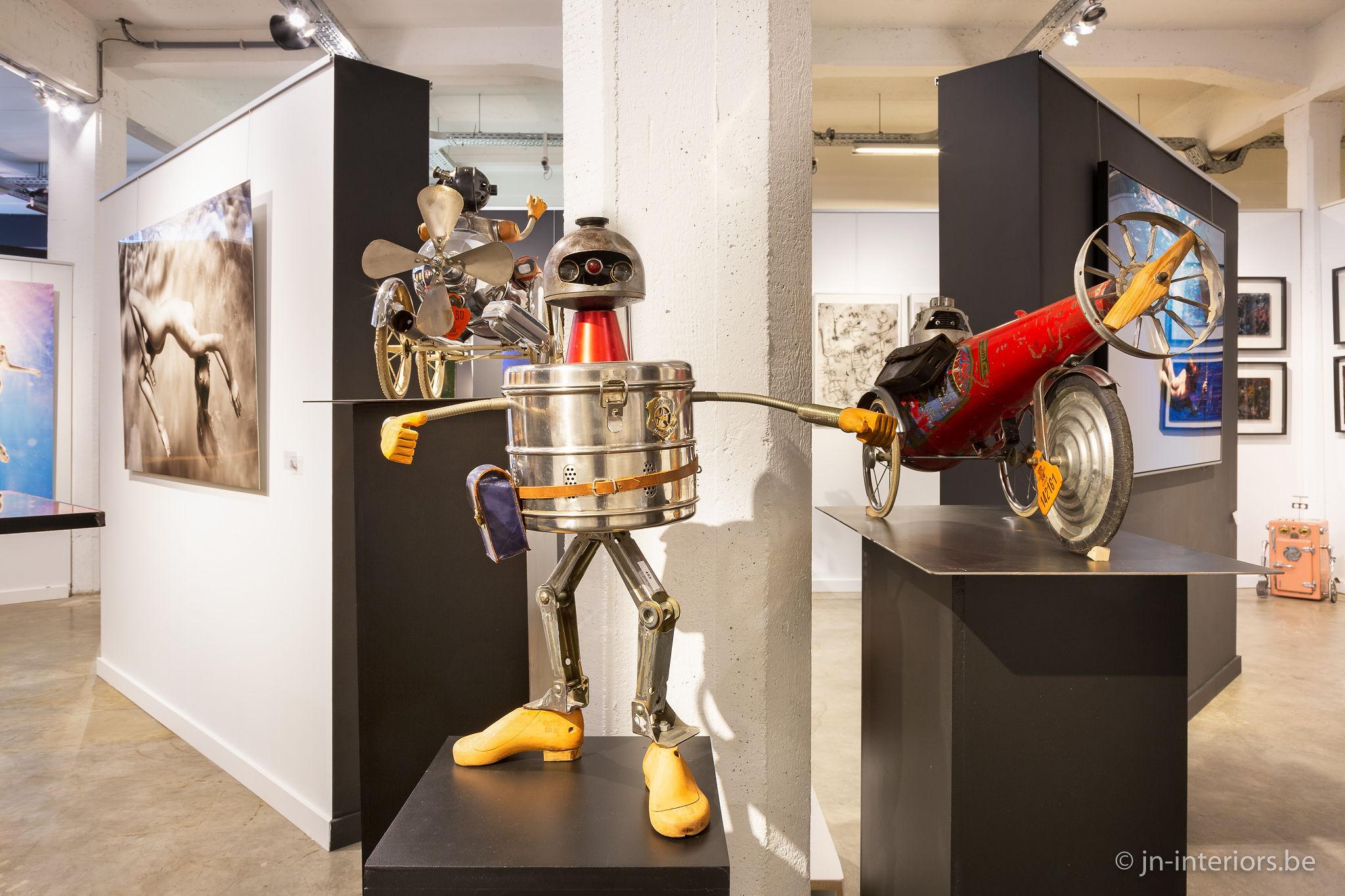 robot gris, oeuvre d'art mécanique, robot sculpture, galerie d'art belgique, vernissage, exposition d'art, magasin de décoration, jn interiors, jour et nuit liège verviers
