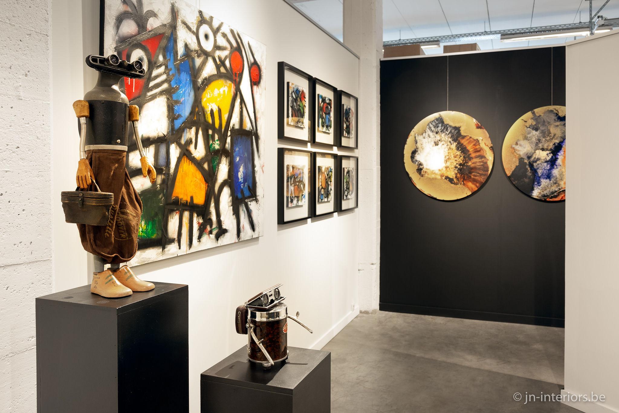 tableaux colorés, art abstrait, décoration ronde, cadres déco, sculpture robot, peinture, artiste belge, jn interiors, magasin de décoration belgique,