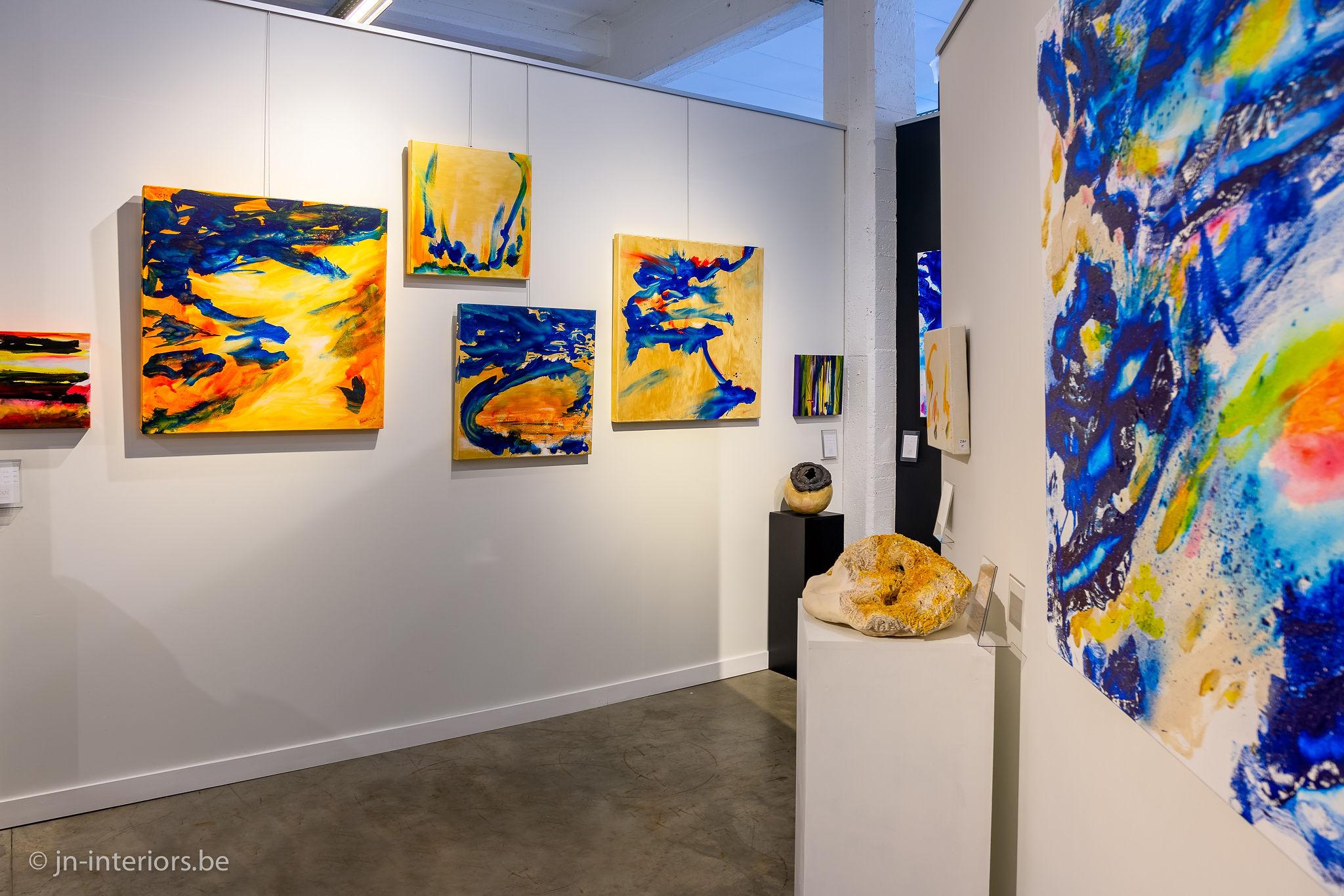 Tableaux jaune et bleu, sculpture ronde, tableaux couleurs, magasin de décoration belgique, galerie d'art, exposition d'art, jn interiors, jour et nuit liège verviers