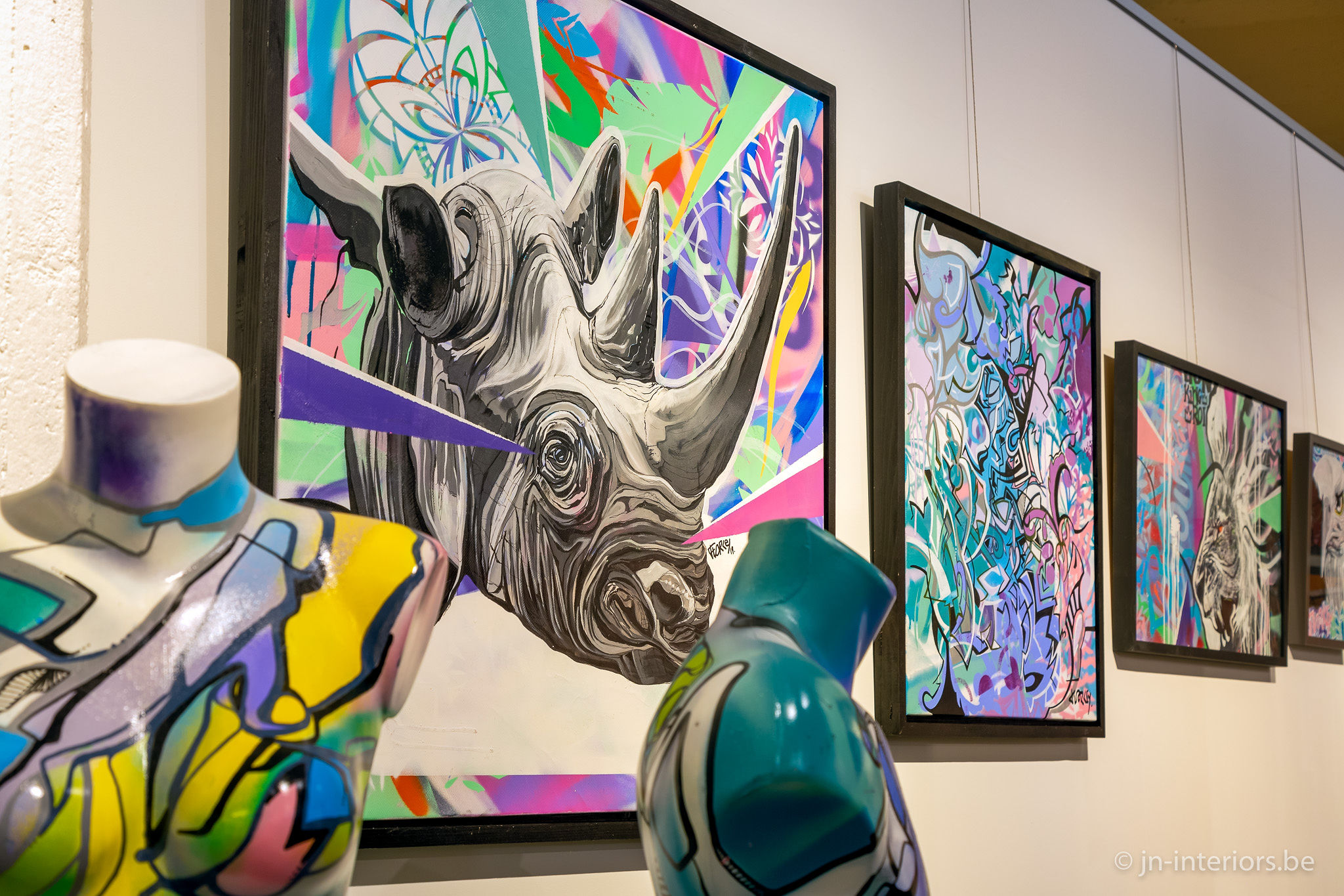 tableaux rhinoceros, rhino, tableau couleur, sculpture vert jaune, exposition d'art, galerie d'art, magasin de décoration belgique, jn interiors, jour et nuit liège verviers