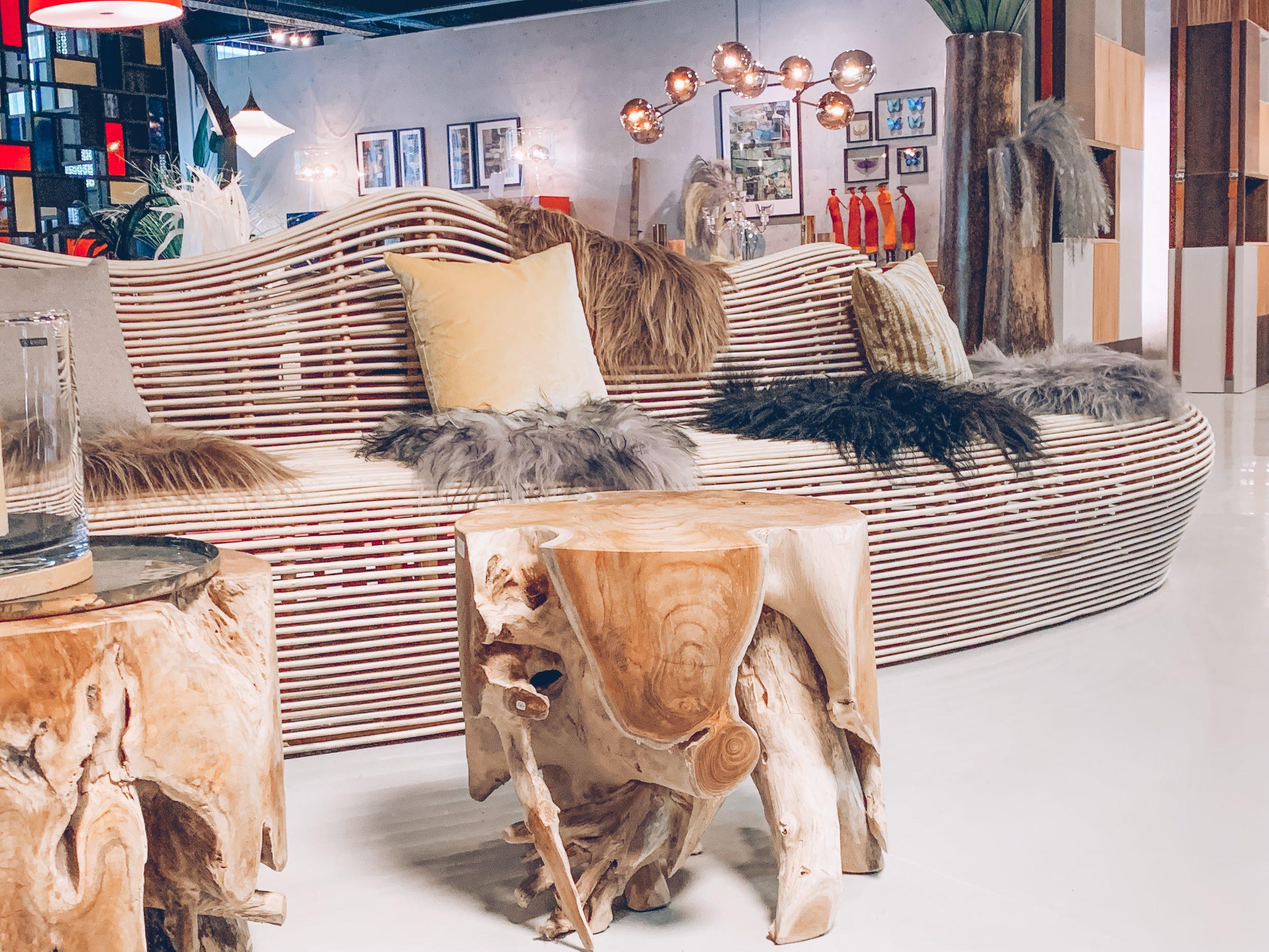 tabouret en bois, canapé en bois, fourure, designers belges, coussin confortable, magasin de décoration, jn interiors, jour et nuit liège verviers