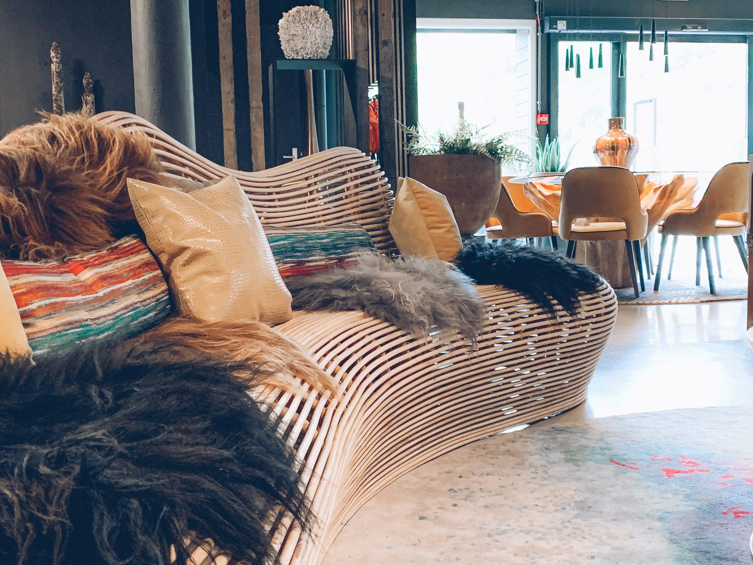 coussins et couvertures confortables, matières naturelles, pièce lumineuse, magasin de décoration, créateurs belges, JN interiors, jour et nuit liège verviers