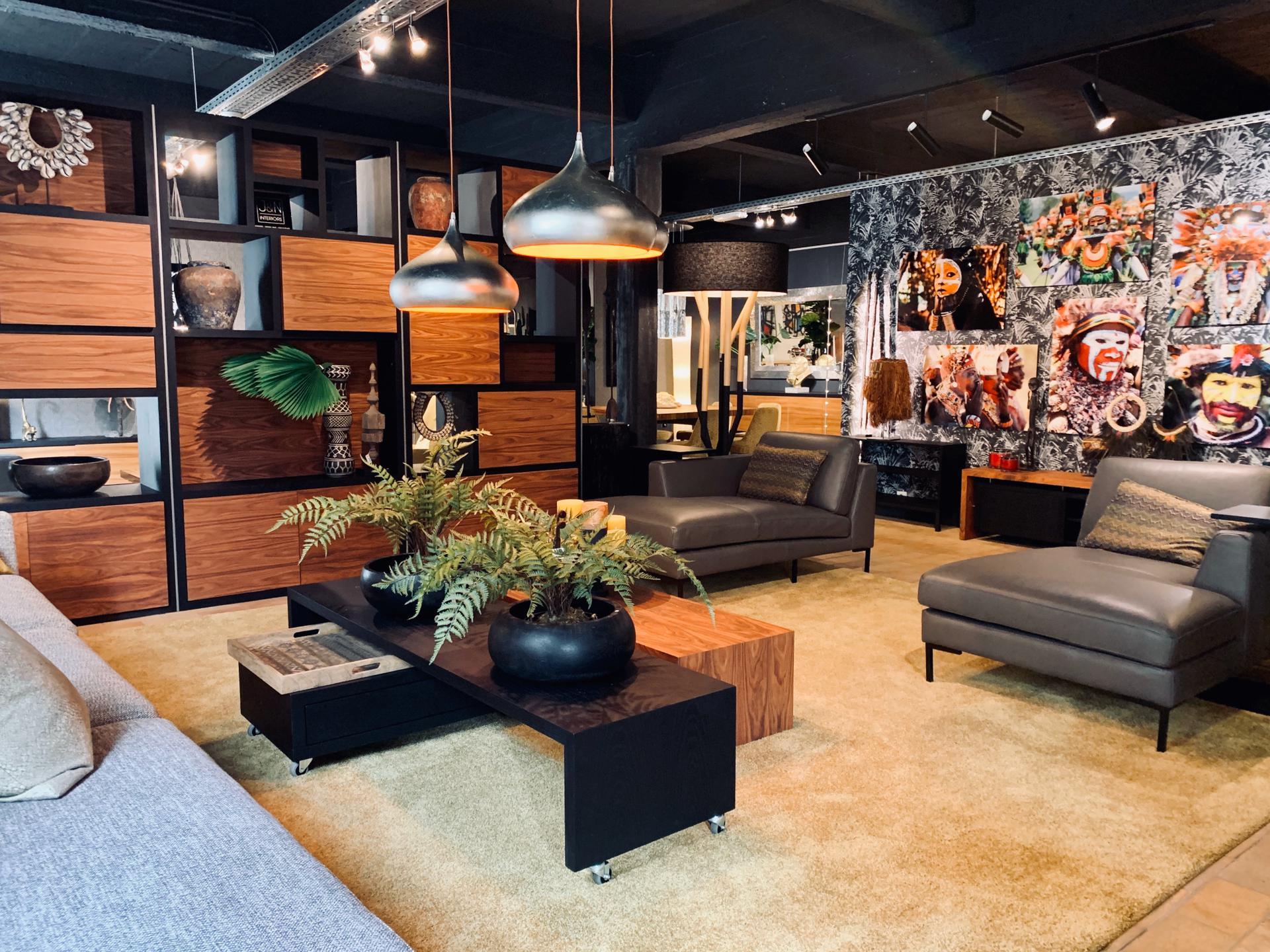 Salon spacieux, table basse, canapé divan luxe, décoration belge, décoration ethnique, jn interiors, jour et nuit liège verviers