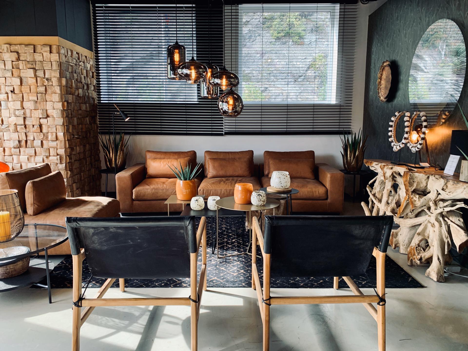 chaises noire, salon tendance, canapé cuir, meubles en bois, jn interiors, jour et nuit liège verviers
