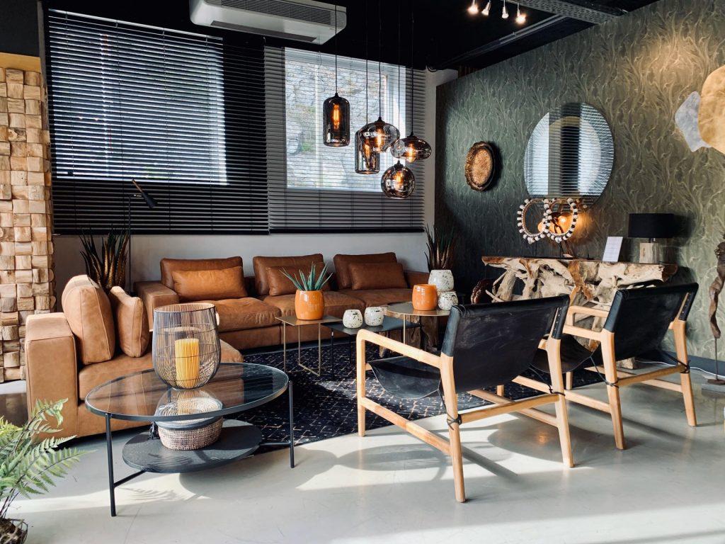 salon sobre et noir, meubles en bois, magasin de décoration, divan en cuir, JN interiors, jour et nuit liège verviers