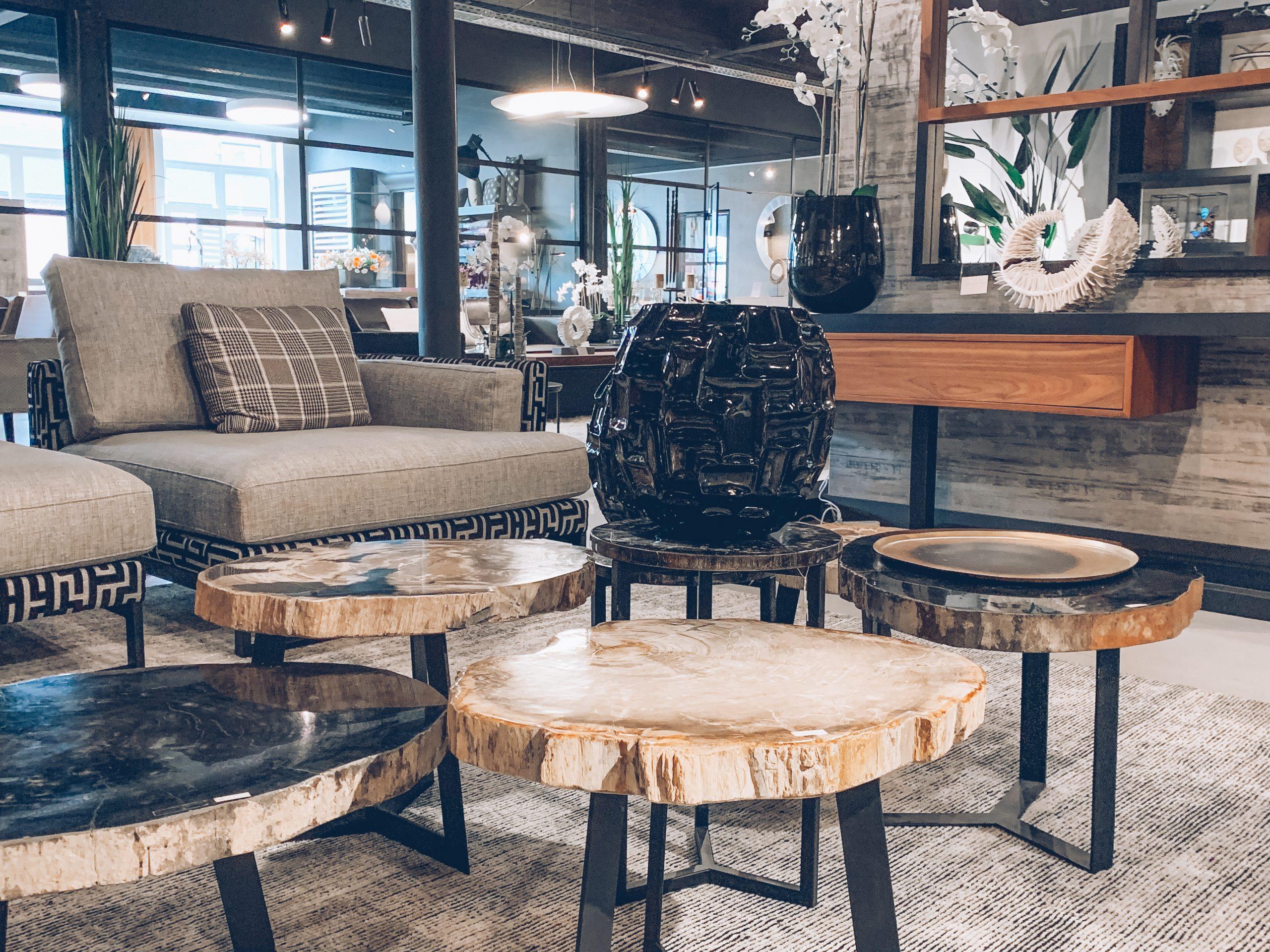 tables basses en pierre, salon luxueux, salon gris, vase noire, plantes, lumineux, magasin de décoration belgique, jn interiors, jour et nuit liège verviers