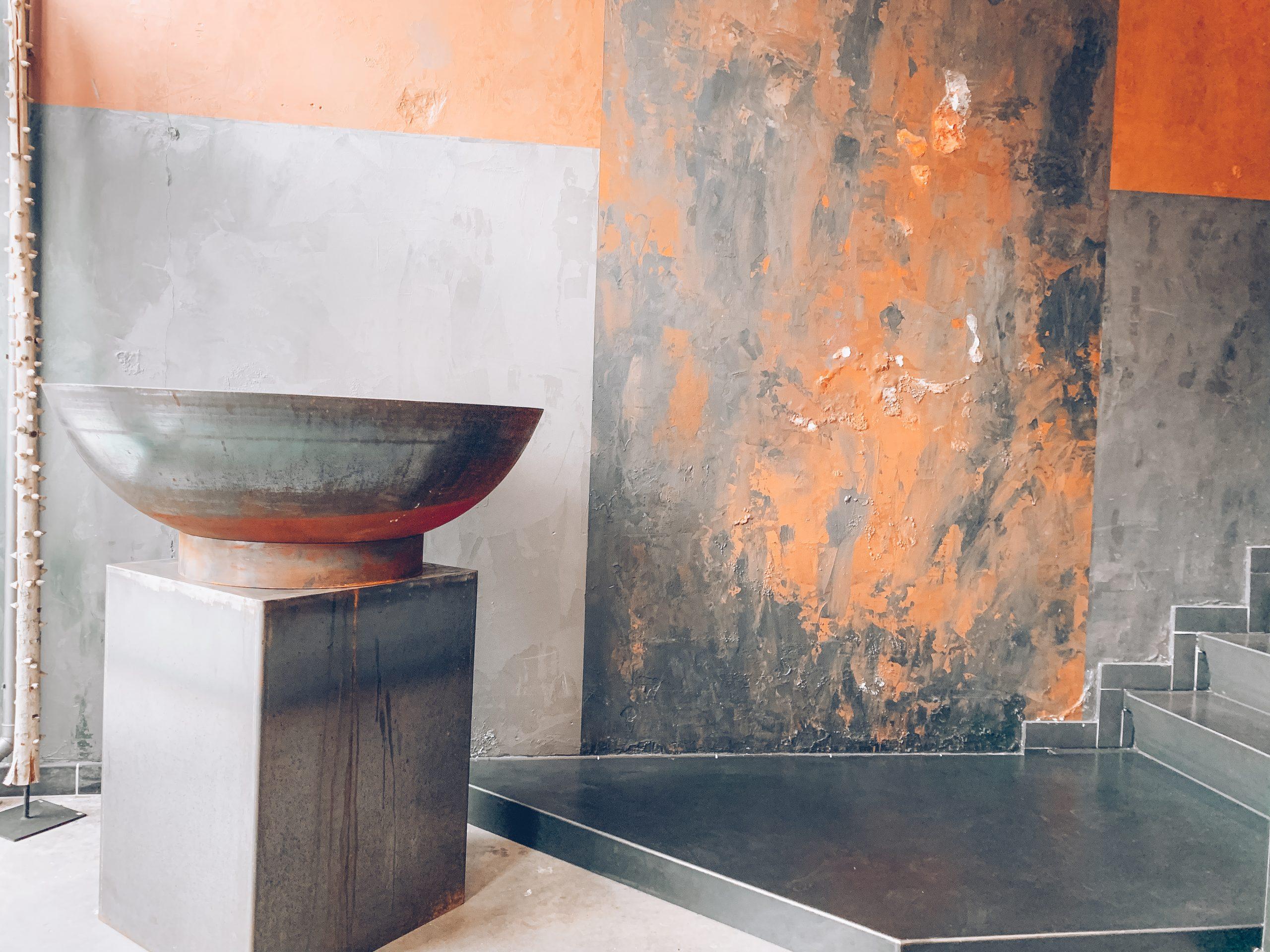 Decoration luxueuse, déco chic, magasin de décoration belgique, mur orange et noir, jn interiors, jour et nuit interiors