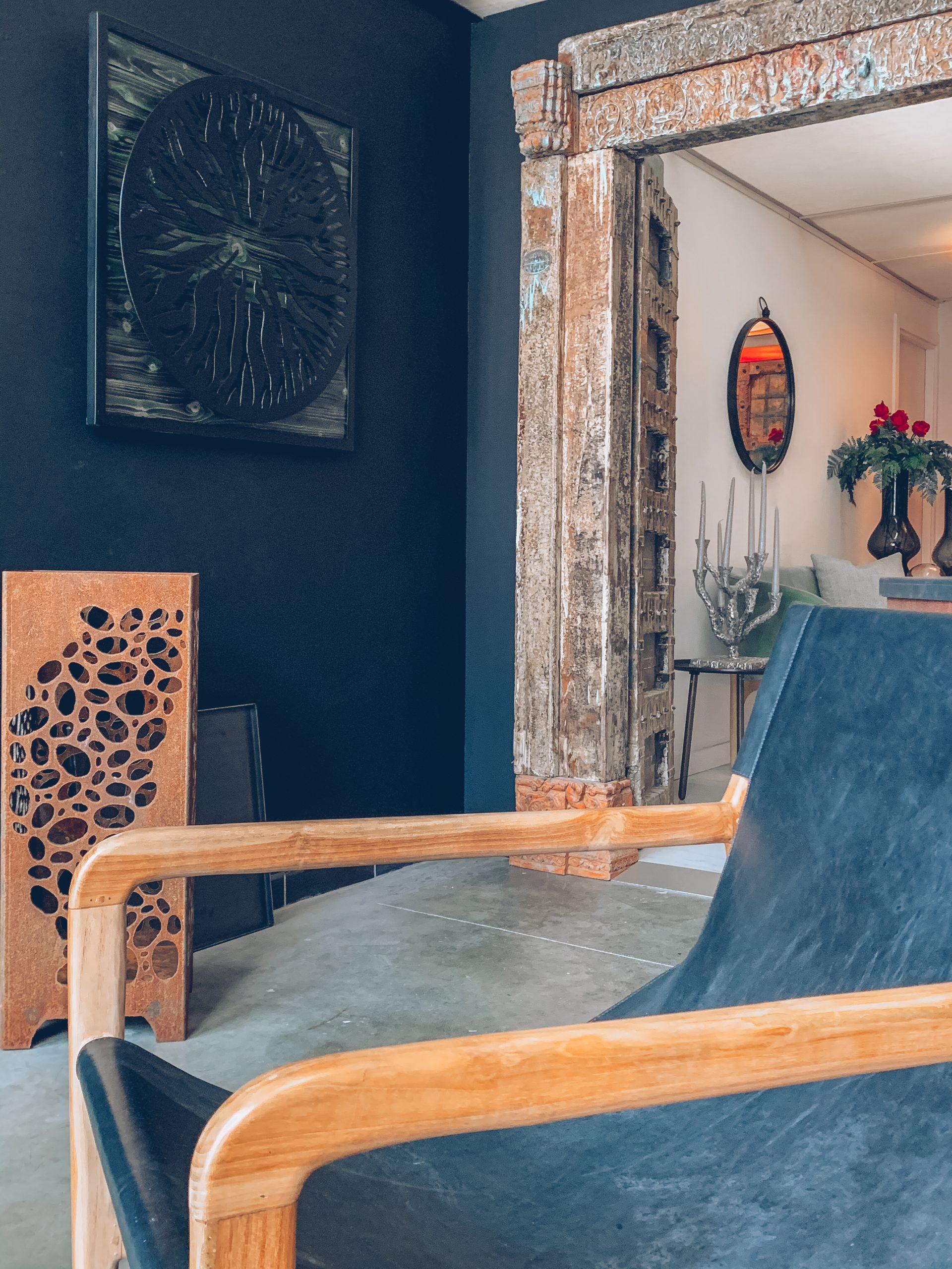 fauteuil noir et bois, décoration en bois, salon noir, cadre luxueux, décoration intérieure, designers belges, magasin de décoration belgique, jn interiors, jour et nuit liège verviers