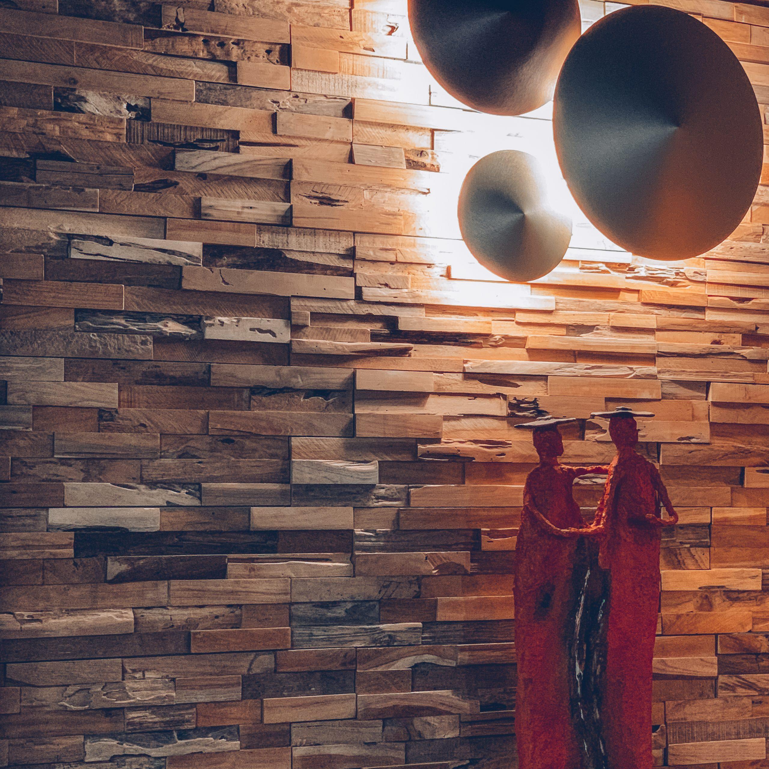 décoration murale tendance, lampes modernes, statues décoration intérieure, mur en bois, statues rouges, magasin de décoration belgique, jn interiors, jour et nuit liège verviers