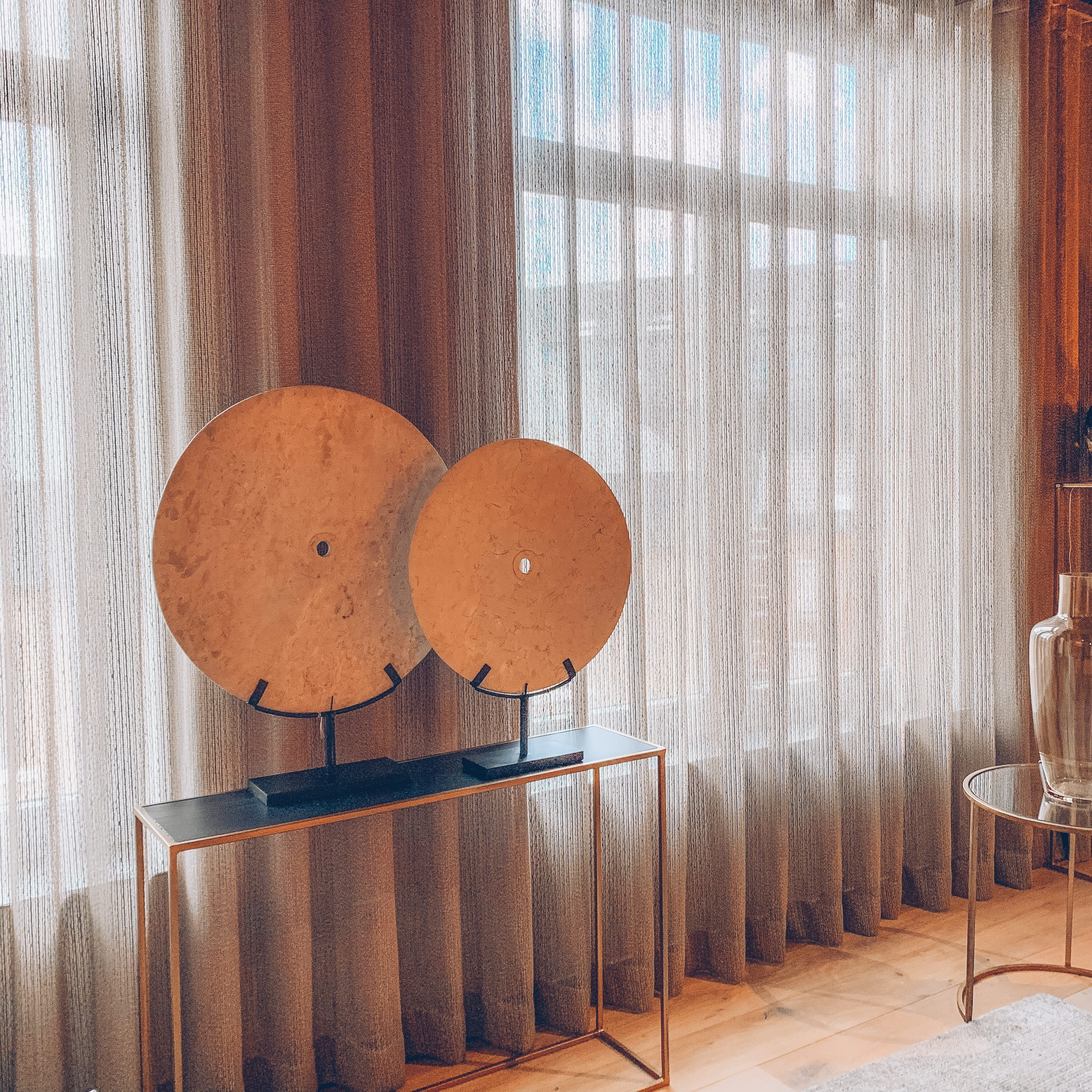 décoration ronde, décoration fenêtres, rideaux, pièce lumineuse,