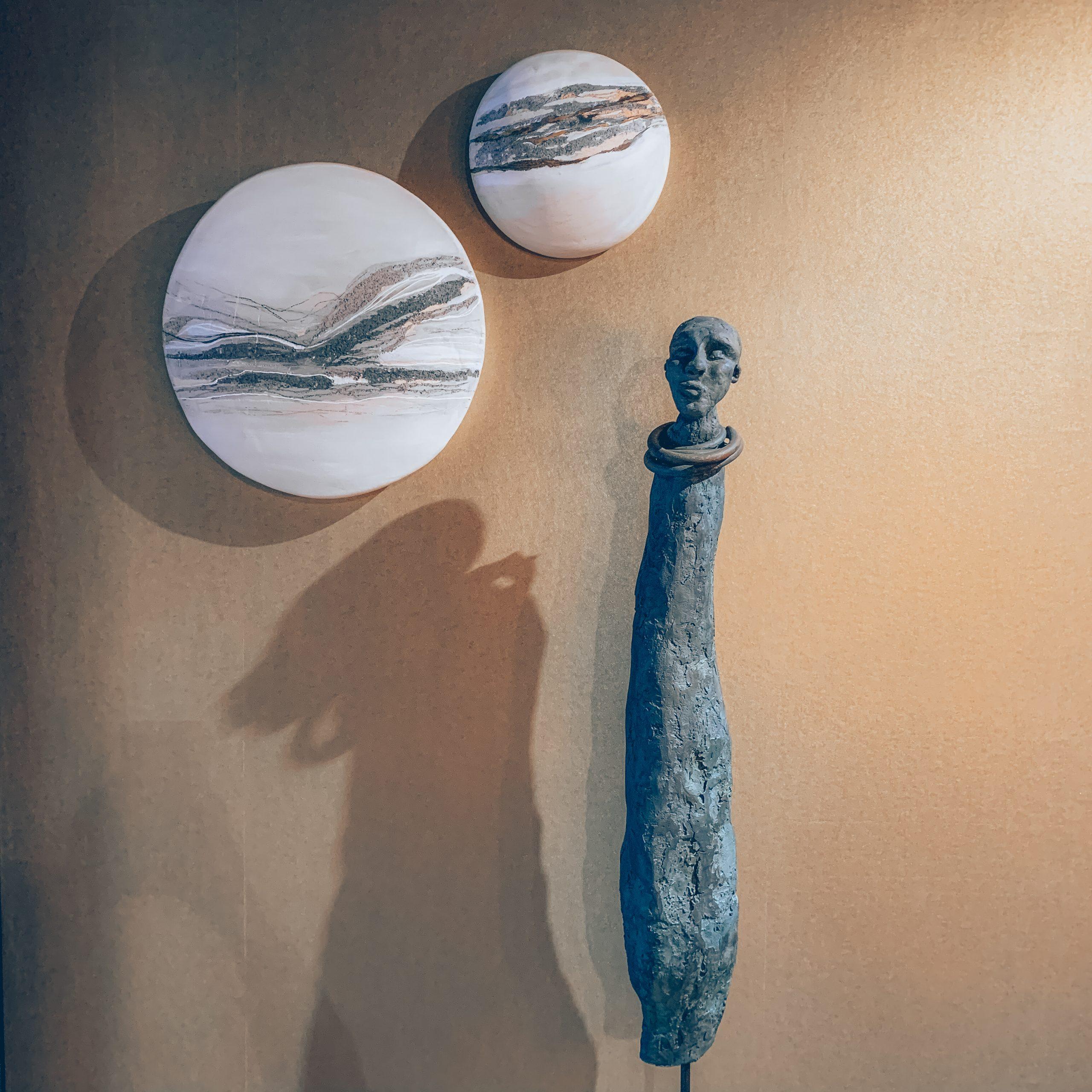 statue africaine, décoration intérieure, décoration murale ronde, décoration murale blanche, magasin de décoration belgique, designers belges, créations uniques, jn interiors, jour et nuit liège verviers