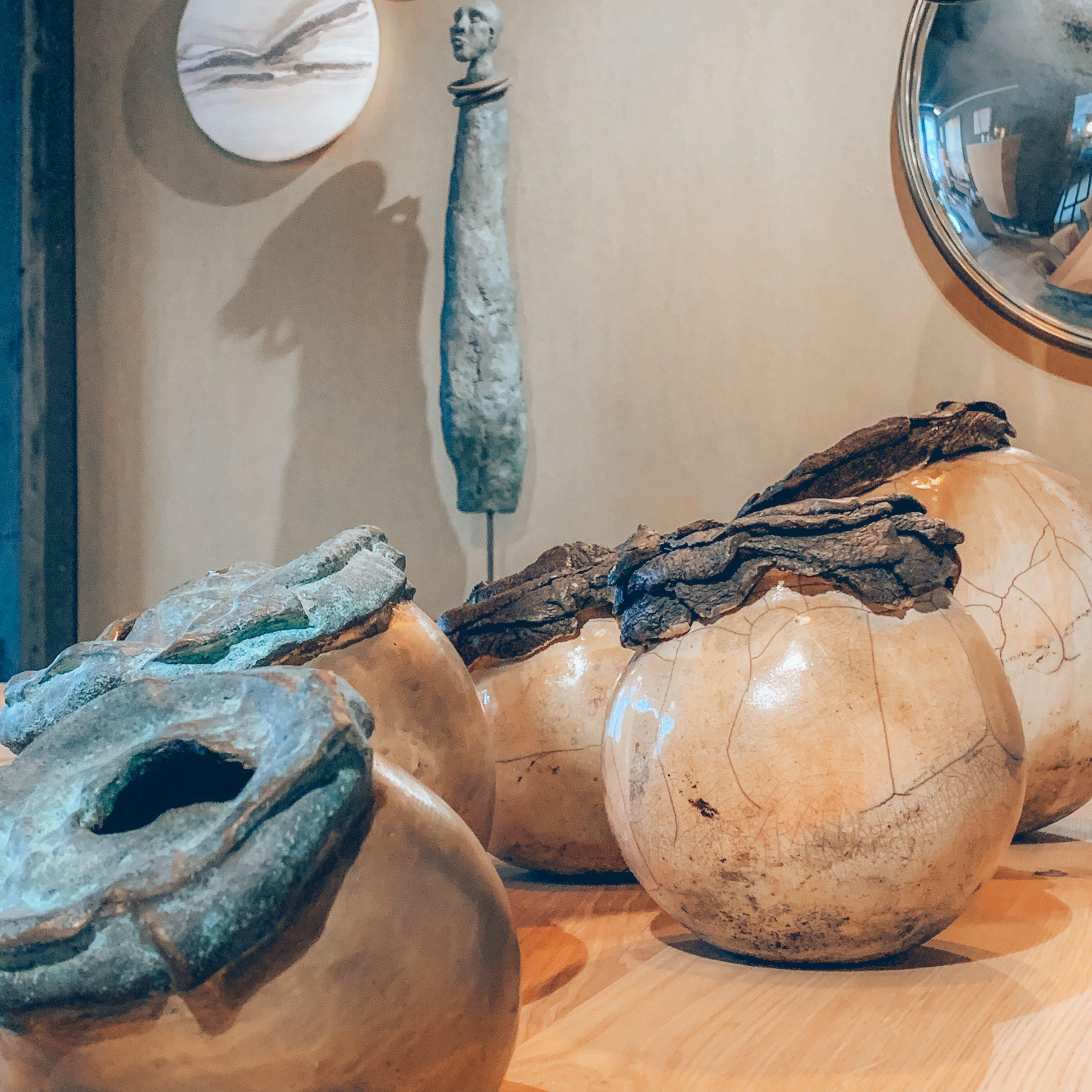 décoration haut-de-gamme, objets de décoration luxe, statue africaine, boules déco, décoration beige, magasin de décoration belgique, jn interiors, jour et nuit liège verviers