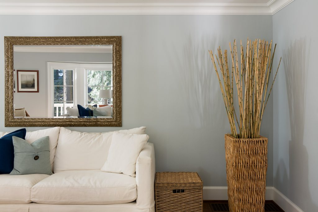 Un miroir pour agrandir l'espace dans votre salon